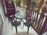 Durch Fliegengitter geschützter Lanai (Balkon) vor der Küche und dem Eingang. KLICK aufs Bild vergroessert es. Spaeter grosses Bild schliessen mit (x).