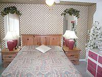 Gaeste Schlafzimmer.                      Doppelbett im Queen-Size-Format. KLICK aufs Bild vergroessert es. Spaeter grosses Bild schliessen mit (x).